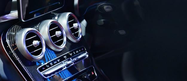 Sistema de ventilação do carro e ar condicionado - detalhes e controles do carro moderno.