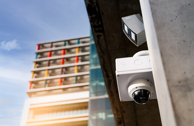 Sistema de vídeo com câmera de segurança cctv para segurança instalado fora do prédio de escritórios. circuito fechado de televisão . sistema de segurança eletrônico cftv. equipamento policial. tecnologia de câmera de vigilância por vídeo.