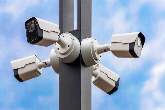 Sistema de vigilância por vídeo em um poste em um parque da cidade