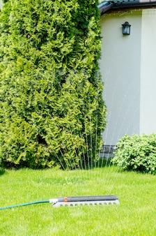 Sistema irrigação, aspersão, spaying, água, sobre, grama verde, gramado