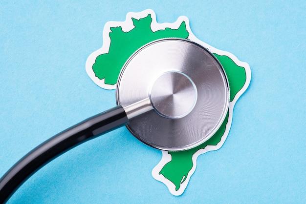 Sistema médico e estado de saúde no brasil. foto simbólica da cabeça do estetoscópio no mapa do brasil