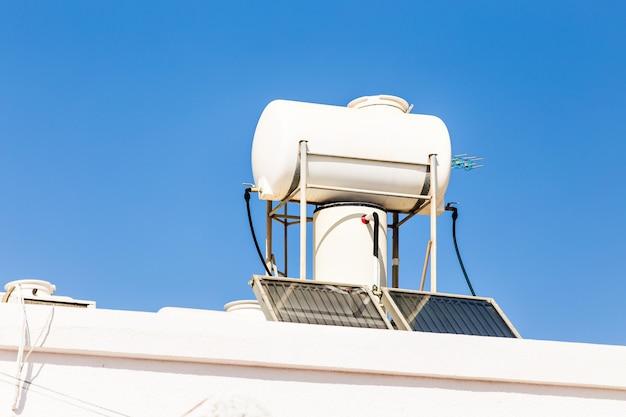 Sistema solar de água quente. aquecedor solar para energia verde. painéis de água quente contemporâneos em uma casa