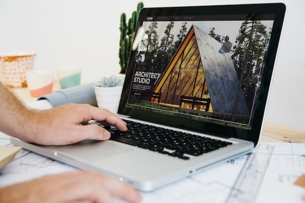 Site do arquiteto no escritório no laptop