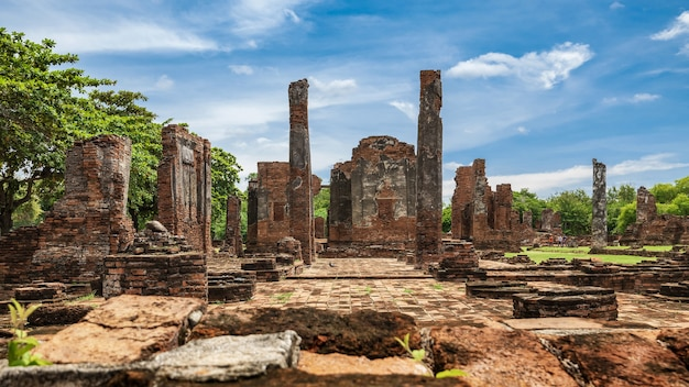 Sítio arqueológico antigo no parque histórico de ayutthaya, província de ayutthaya, tailândia. patrimônio mundial da unesco