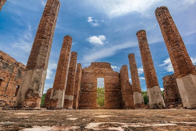 Sítio arqueológico antigo ou arquitetura budista no parque histórico de ayutthaya, província de ayutthaya, tailândia. patrimônio mundial da unesco