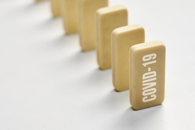 Situação covid efeito dominó linha de dominó com texto obscuro