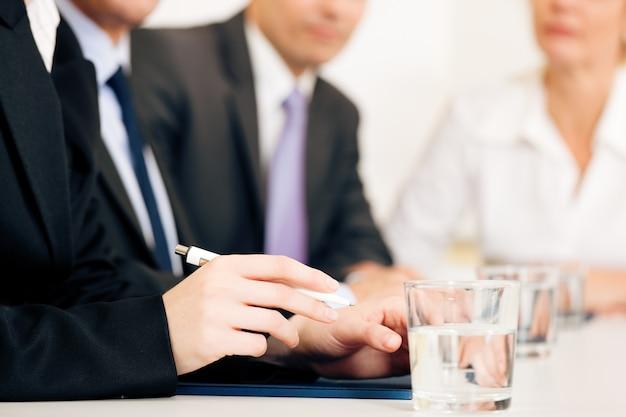 Situação do negócio, equipe em reunião