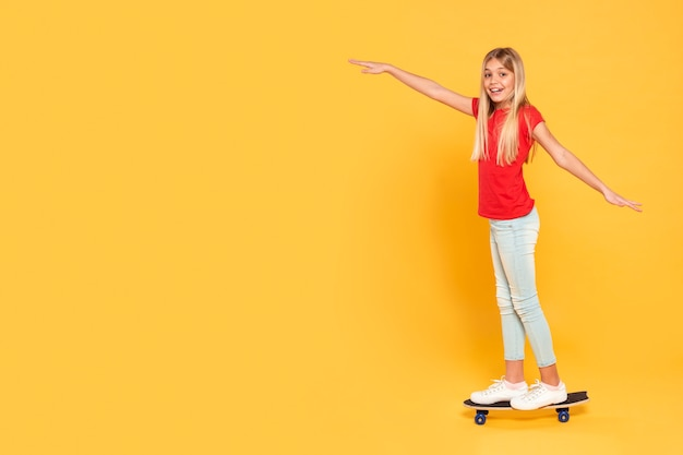 Skate de equitação menina cópia-espaço