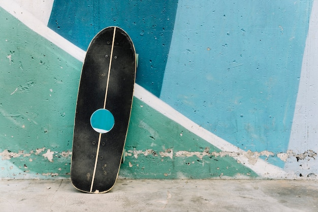 Skate encostado na parede
