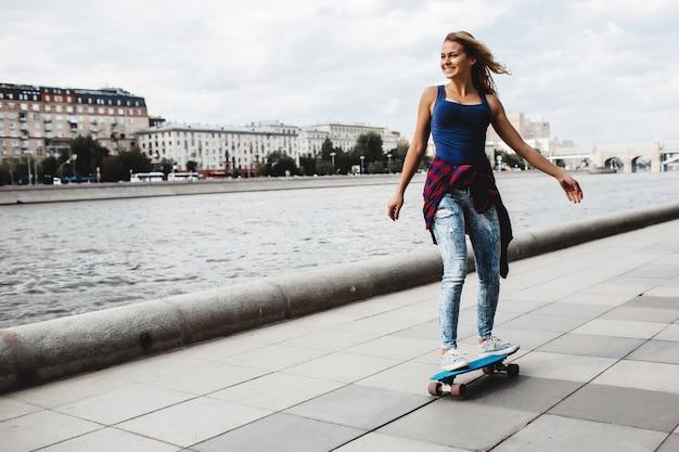 Skate louro bonito no passeio
