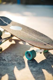 Skate no chão em primeiro plano