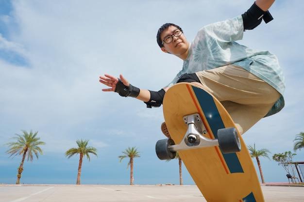 Skatista com fundo de palmeiras