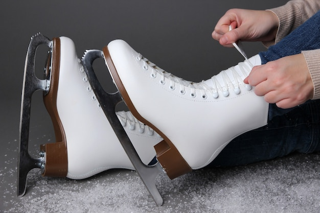Skatista de patins em fundo cinza