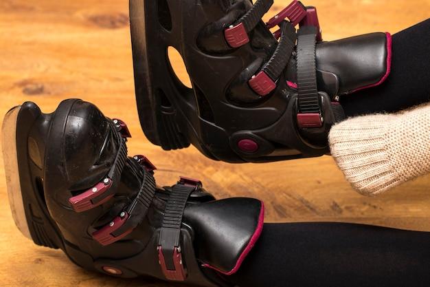 Skatista de patins em fundo de madeira Foto Premium