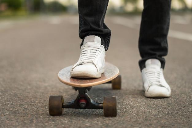 Skatista de pé no longboard