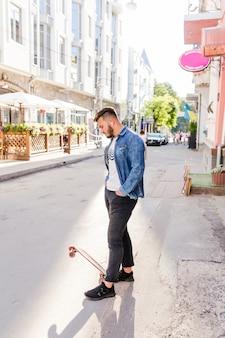 Skatista masculina com pé de skate na rua