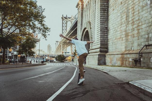 Skatista treinando em um parque de skate em nova york