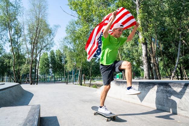 Skatistas profissionais se divertindo na pista de skate