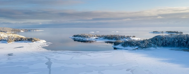 Skerries do parque nacional ladoga, no inverno na carélia. pequenas ilhas na neve no lago ladoga