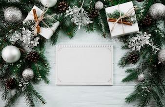 Sketchbook entre ramo de Natal