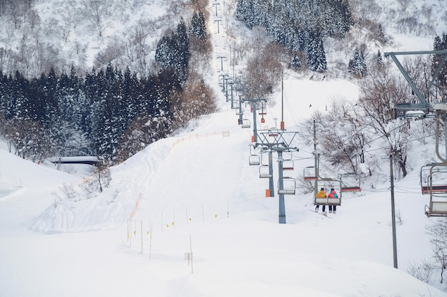 Skii levantar no resort de neve