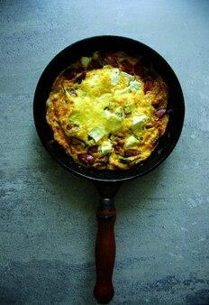 Skillet feta e omelete de chouriço