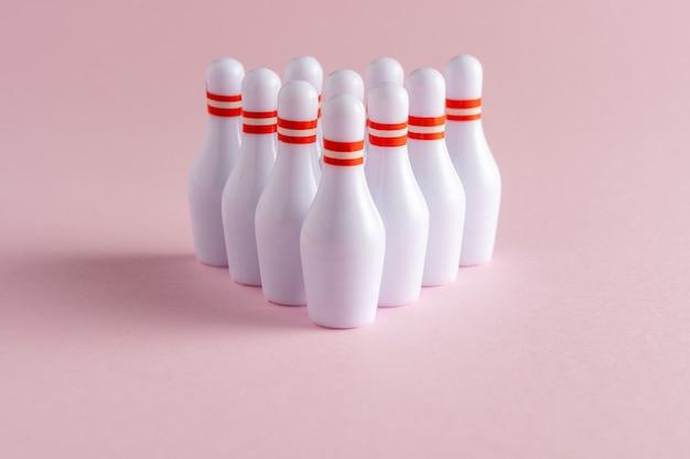 Skittles branco sobre fundo rosa pastel.