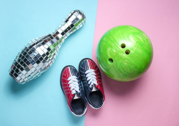 Skittles espelho de discoteca, sapatos de boliche infantil, bola em rosa azul pastel.