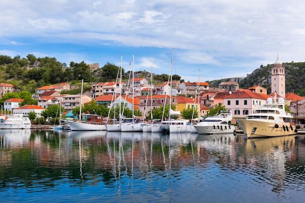 Skradin é uma pequena cidade histórica e um porto na costa do adriático e o rio krka na croácia