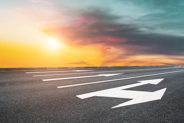 Sky highway asphalt road e belas paisagens do pôr do sol no céu