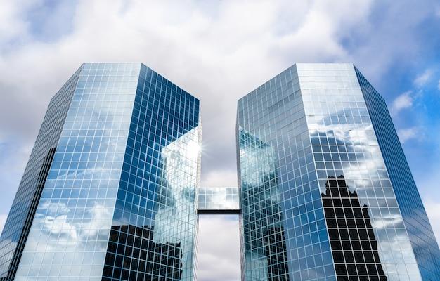 Skycraper com fachada de vidro