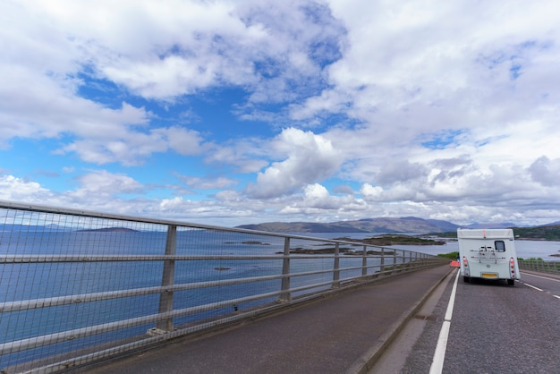 Skye bridge é uma ponte rodoviária sobre loch alsh, conectando a ilha de skye ao continente, na escócia