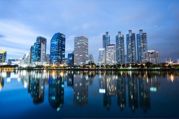 Skyline à noite. vista sobre construção de lago e centro da cidade.