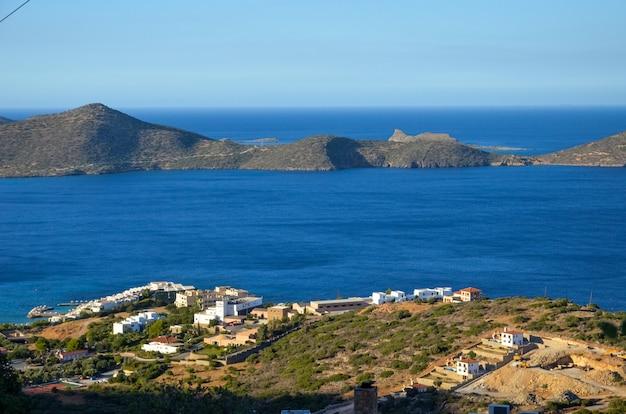 Skyline cênica com montanhas no mar azul na grécia, na ilha de creta