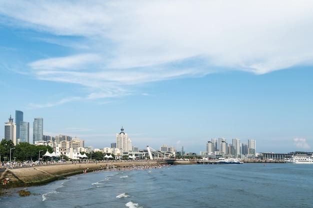 Skyline costeira e urbana em qingdao, china