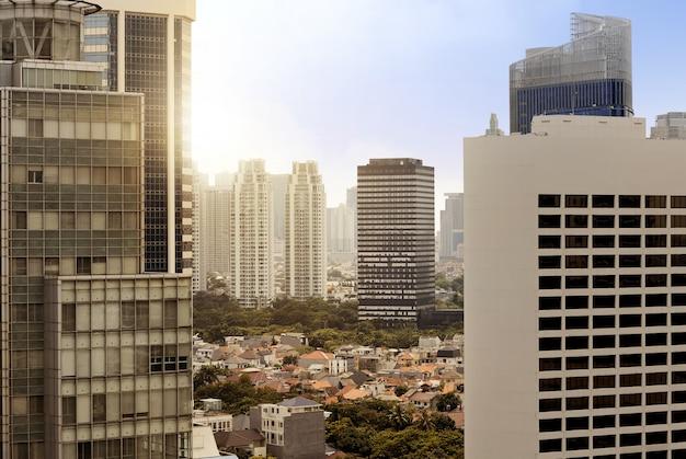 Skyline da cidade com a construção e arranha-céus urbanos