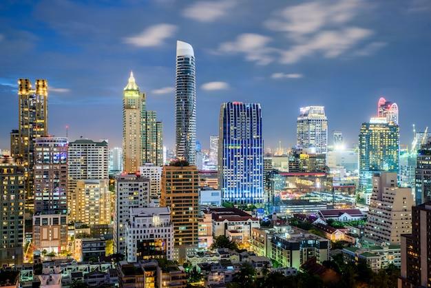 Skyline da cidade de bangkok e arranha-céus à noite em bangkok, tailândia