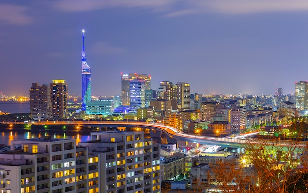 Skyline da cidade de fukuoka à noite no japão