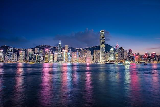 Skyline da cidade de hong kong no crepúsculo