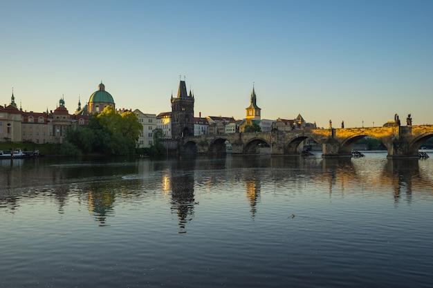 Skyline da cidade de praga com a ponte carlos na república checa