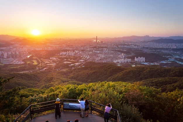 Skyline da cidade de seul no por do sol a melhor vista da fortaleza de namhansanseong.