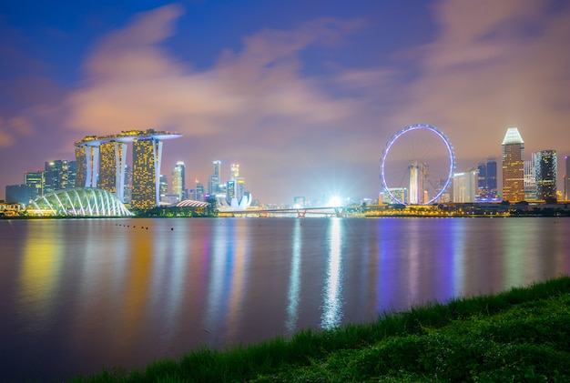 Skyline da cidade de singapura na opinião da noite da barragem do porto na cidade de singapura