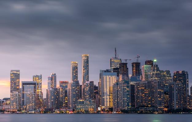 Skyline da cidade de toronto à noite, ontário, canadá