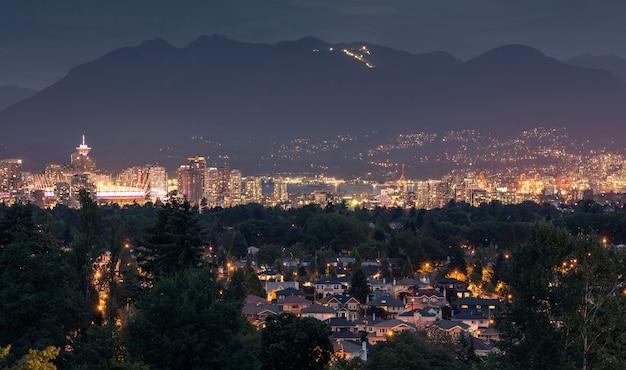 Skyline da cidade de vancouver à noite, colúmbia britânica, canadá