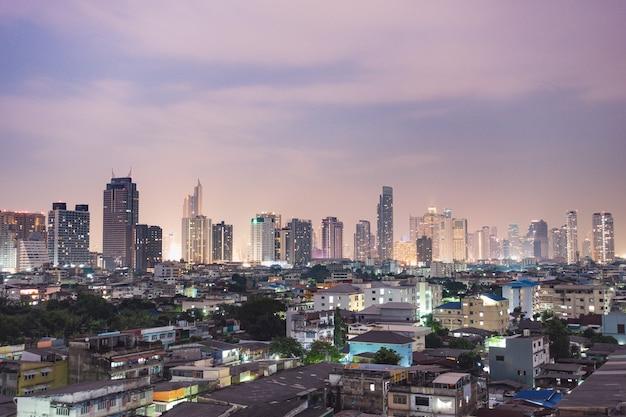 Skyline da cidade e arranha-céus de noite
