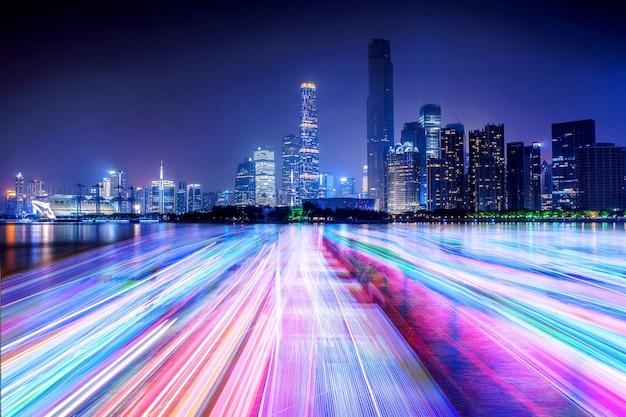 Skyline da cidade e linha de luz no rio
