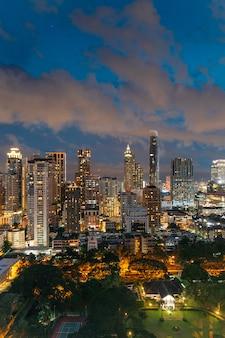 Skyline de banguecoque da arquitetura da cidade na noite, tailândia.