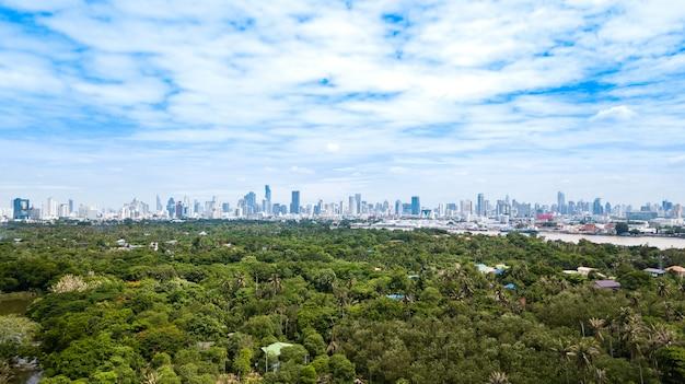 Skyline de banguecoque e vista do rio chao phraya vista da zona verde