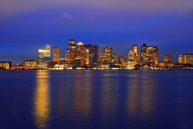 Skyline de boston ao pôr do sol e o rio em massachusetts