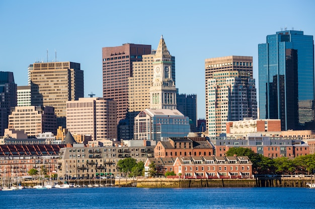 Skyline de boston com luz do sol do rio massachusetts